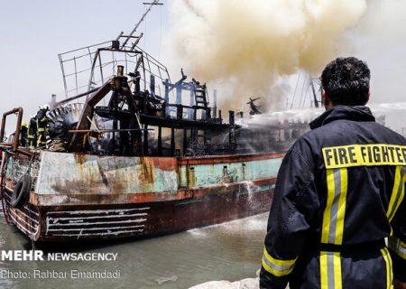 آتش سوزی دو شناور در بندرعباس مهار شد/اسکله صیادی بندرعباس فاقد هر گونه مجوز بهره برداری است